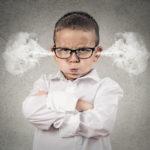 Ärgerlicher Junge mit Dampf aus den Ohren - Mit schwierigen Menschen klarkommen