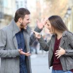 Paar streitet auf der Straße