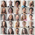 Diverse Menschengruppe verschiedene Geschlechter lachen fröhlich